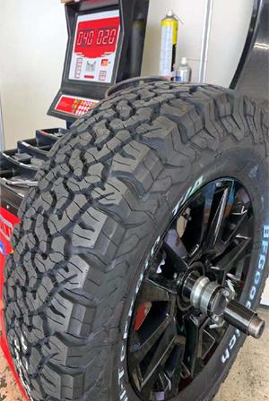 タイヤお預け中に、1本1本丁寧にホイールの汚れを落とします。